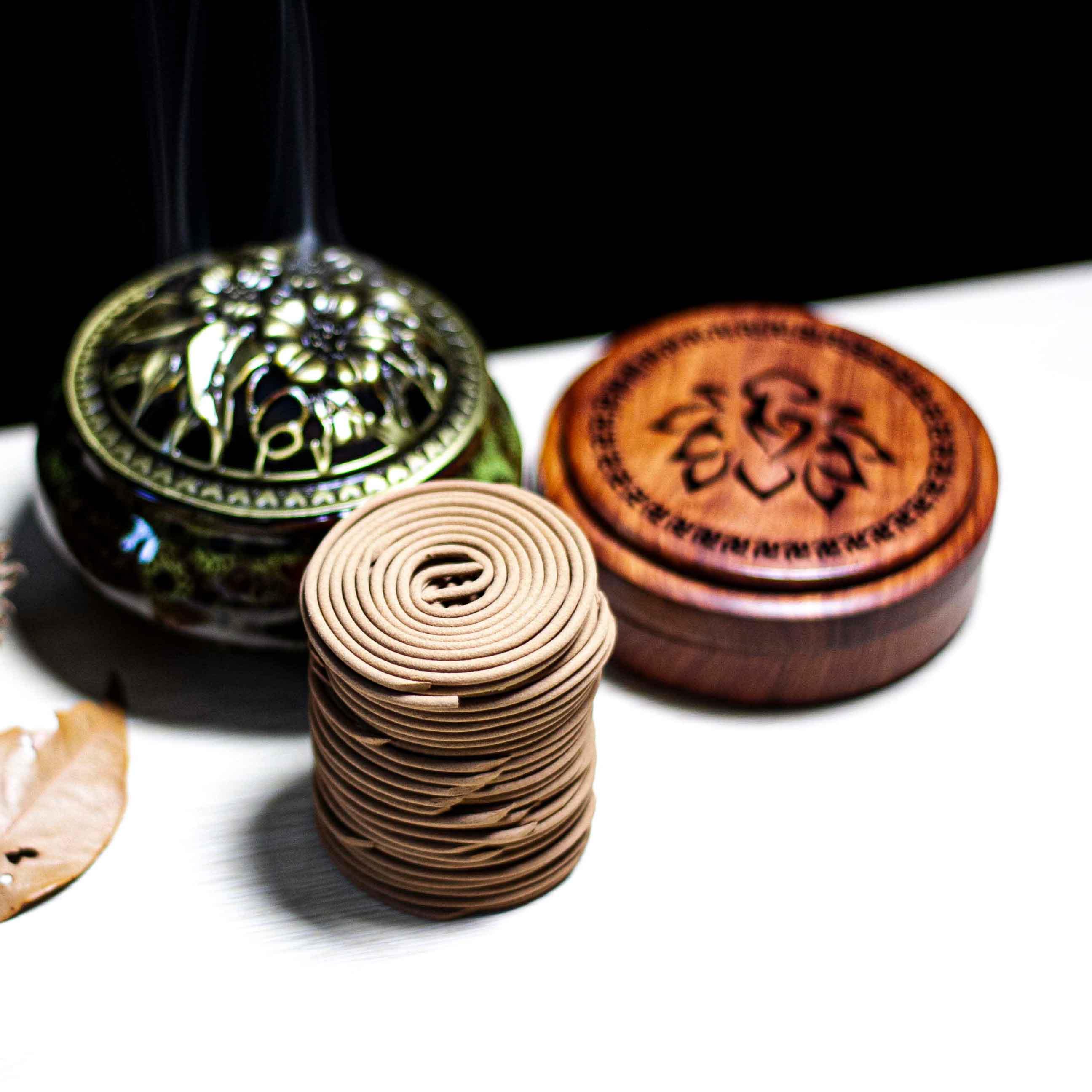 Lư sứ và nhang khoanh Trầm Hương