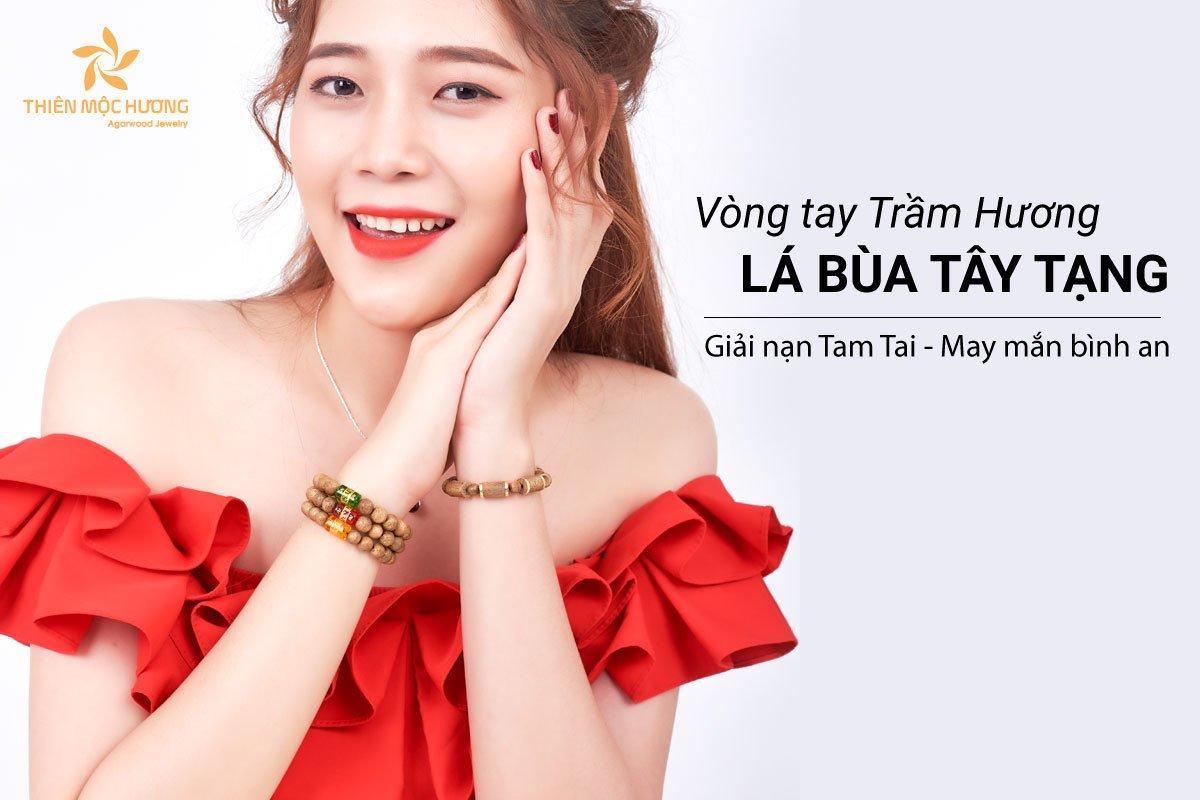 Vong-tay-tram-huong-la-bua-tay-tang-2