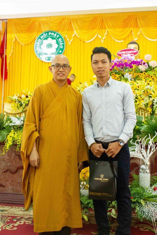 Đại diện thương hiệu Trầm hương Thiên Mộc Hương chụp ảnh kỷ niệm cùng Ban tổ chức