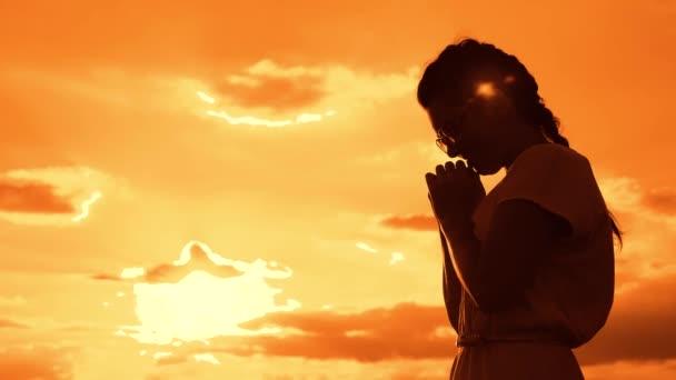 Người phương Đông thường cầu nguyện để xin được may mắn trong công việc