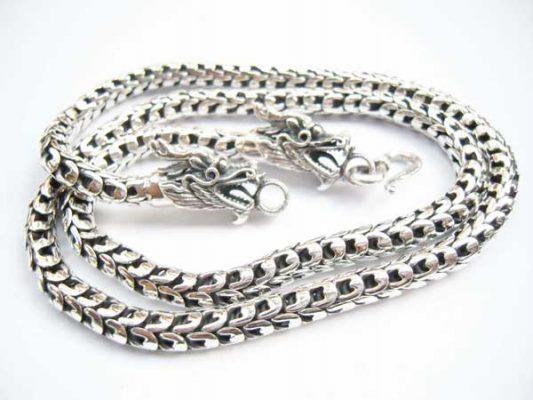 Những trang sức có độ tinh xảo cao cần sử dụng bạc 925 thay vì bạc ta. Nguyên do chính là bạc cao cấp 925 cứng hơn, còn bạc ta mềm, dễ bị biến dạng