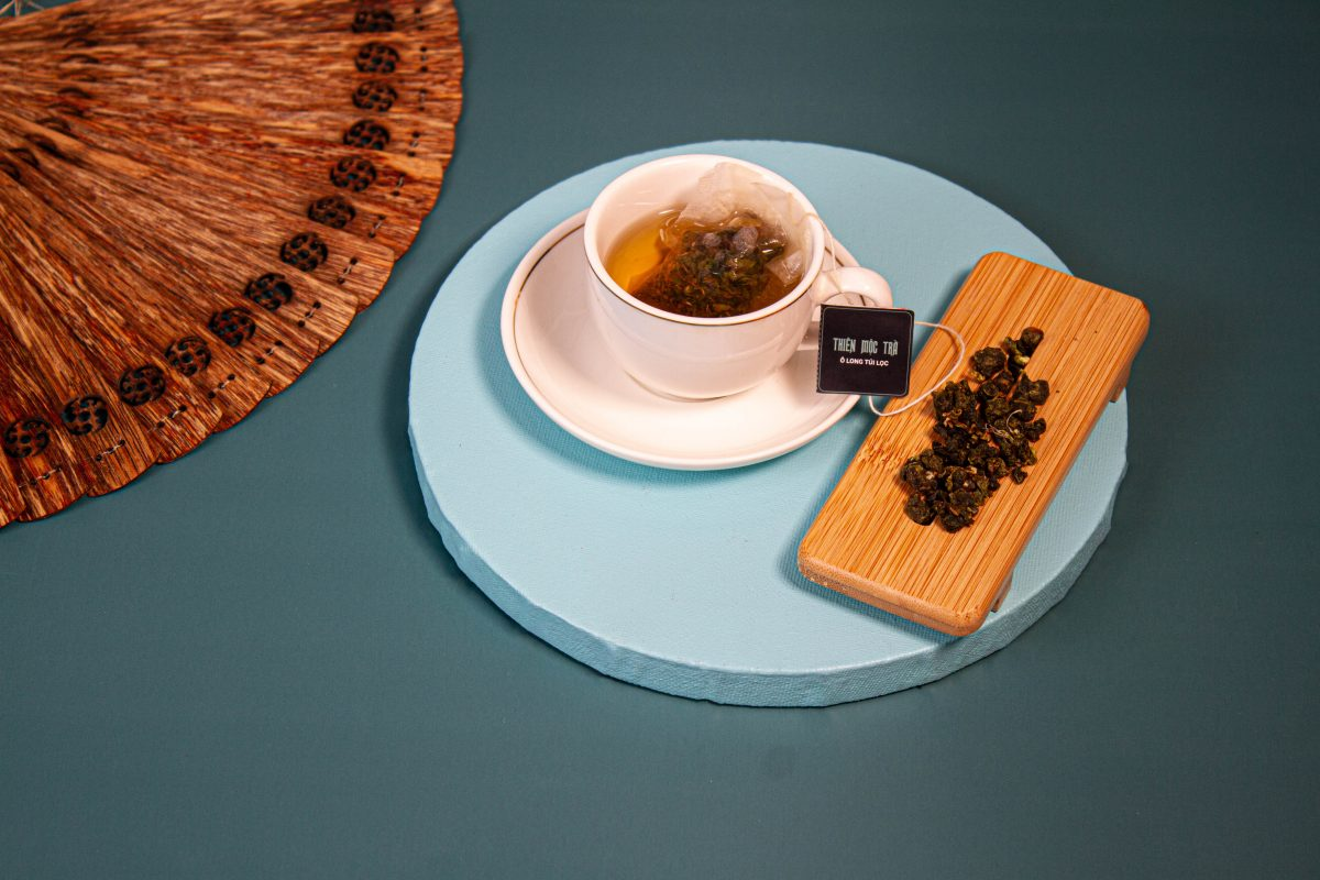 Thiên Mộc Trà là sự kết hợp hoàn hảo giữa hương thơm hảo hạng của dăm Trầm quý hiếm cùng vị ngọt thanh của những lá trà olong tạo nên một thứ trà đẳng cấp.