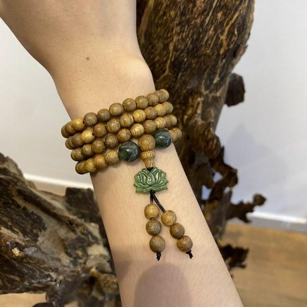 Vòng ngọc cẩm thạch kết hợp gỗ Trầm Hương rất được ưa chuộng